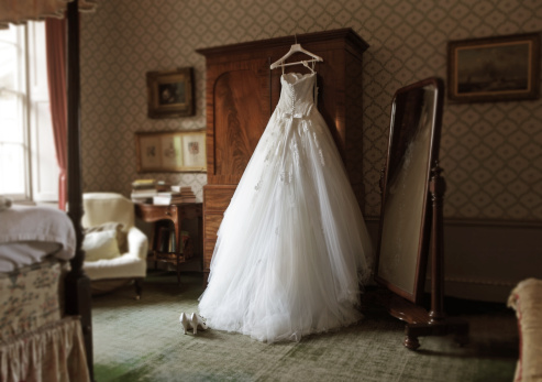 Wedding Dress「wedding dress in hotel room」:スマホ壁紙(5)