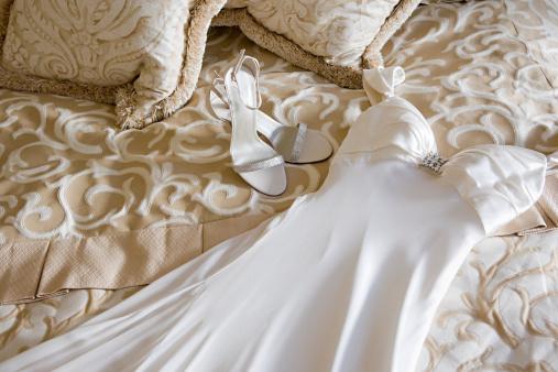 結婚「ウェディングドレスと靴をベッド」:スマホ壁紙(0)