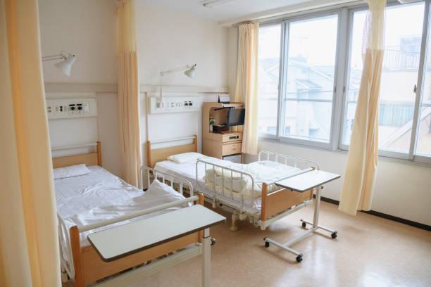 Two empty beds in hospital ward:スマホ壁紙(壁紙.com)