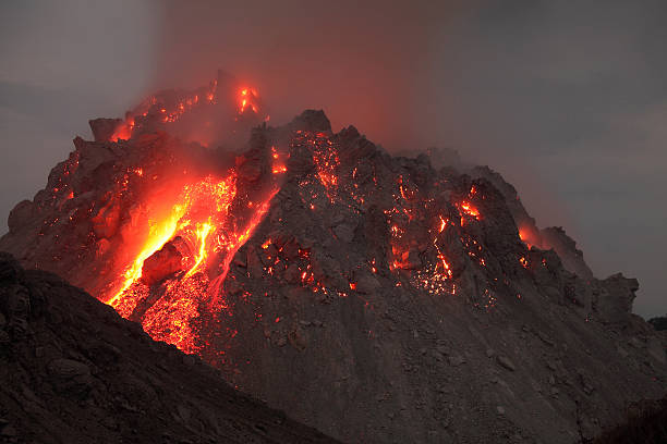 Glowing Rerombola lava dome of Paluweh volcano, Indonesia.:スマホ壁紙(壁紙.com)