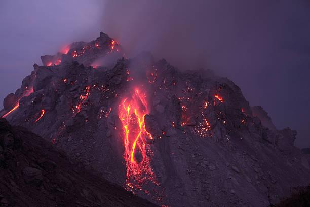 Glowing Rerombola lava dome with incandescent rockfall deposit.:スマホ壁紙(壁紙.com)