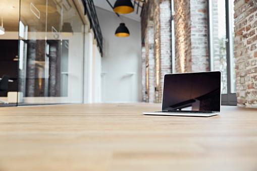 Brick Wall「Laptop in corridor of modern office」:スマホ壁紙(15)