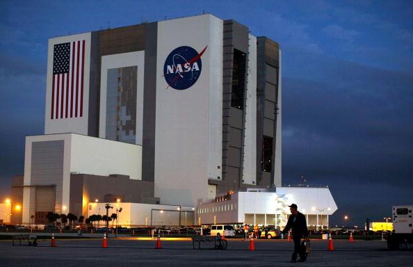 Vehicle Assembly Building「NASA Prepares To Launch Space Shuttle Atlantis」:写真・画像(2)[壁紙.com]