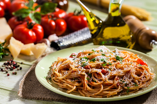 Garlic Clove「Pasta plate and ingredients on green kitchen table」:スマホ壁紙(14)