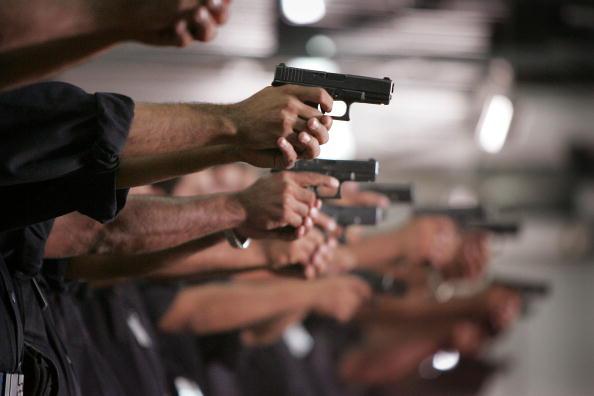 銃「International Group Of Police Officers Train Iraqi Police」:写真・画像(18)[壁紙.com]