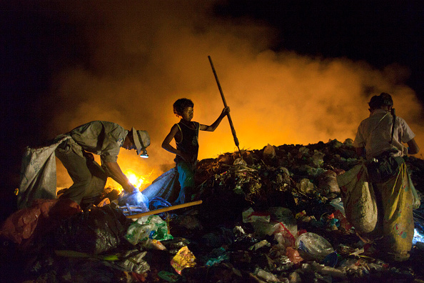 Recycling「KHM: Amid Extreme Poverty, Cambodian Garbage Pickers Work Into The Night」:写真・画像(4)[壁紙.com]