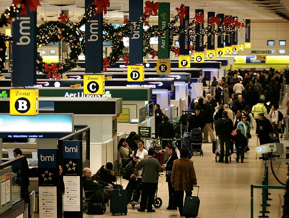 Heathrow Airport「Christmas Holiday Makers Depart From Heathrow Airport」:写真・画像(18)[壁紙.com]