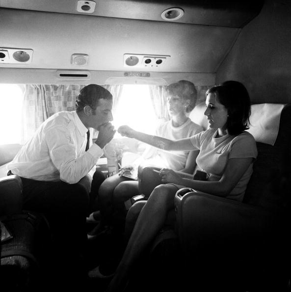 客室乗務員「In-Flight Cigarette Break」:写真・画像(19)[壁紙.com]