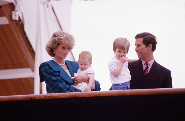 Holding「Diana Princess of Wales and Charles Prince of Wales hold Prince Harry and Prince William on the deck of the Royal Yacht Britannia」:写真・画像(4)[壁紙.com]