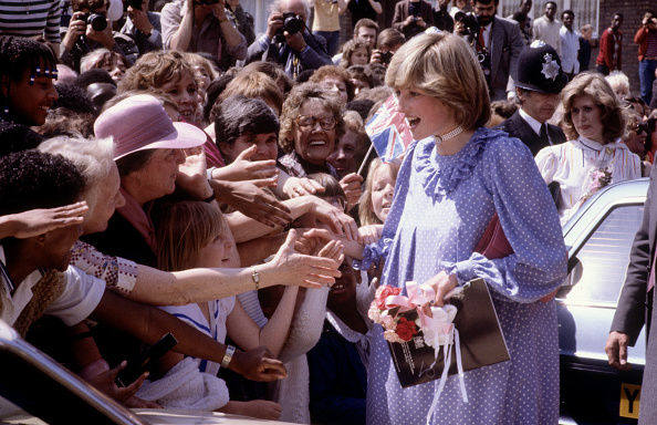 Group Of People「Pregnant Diana Princess of Wales opens a community centre in Deptford」:写真・画像(19)[壁紙.com]
