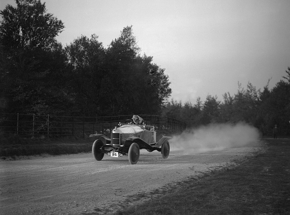 Dust「Sports-Bodied Morris 2-Seater Fitted With Wheel Discs」:写真・画像(16)[壁紙.com]