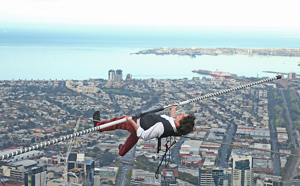 Wire Rope「High-wire Artist Kane Petersen Performs Tightrope Walk Over Melbourne CBD」:写真・画像(6)[壁紙.com]
