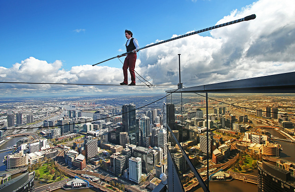 ベストショット「High-wire Artist Kane Petersen Performs Tightrope Walk Over Melbourne CBD」:写真・画像(1)[壁紙.com]