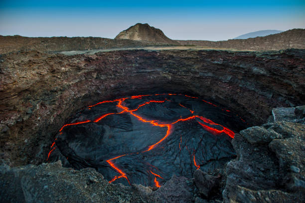 View into the lava lake of Erta Ale volcano, Ethiopia:スマホ壁紙(壁紙.com)