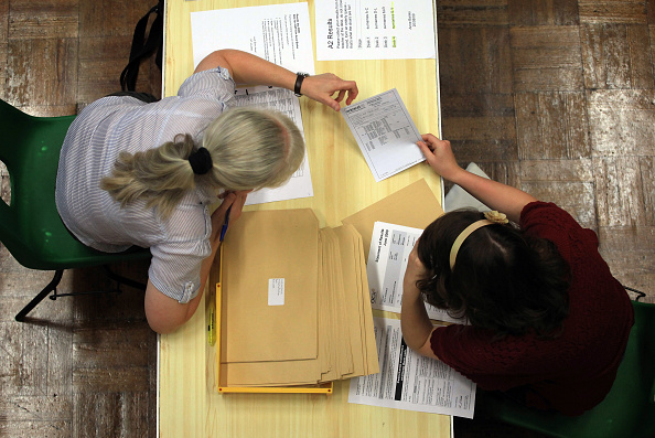 A-Levels「Students Throughout The UK Receive Their A Level Results」:写真・画像(7)[壁紙.com]