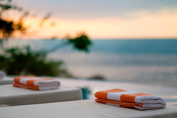 Towels on sun loungers by the sea:スマホ壁紙(壁紙.com)