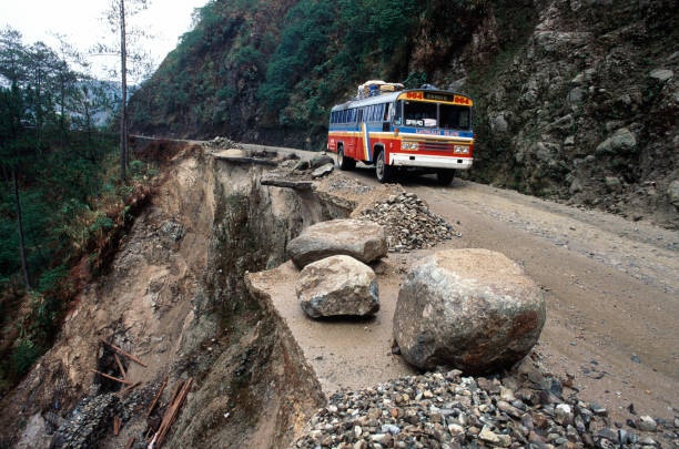 Seismic activity and rains have gradually undermined a mountain road in the Philippines to create this hair raising negotiation:ニュース(壁紙.com)