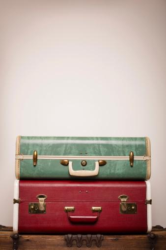 旅行「2 つのレトロなスーツケースに重なる木の幹、コピースペース付き」:スマホ壁紙(3)