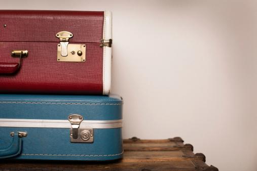 旅行「2 つのレトロなスーツケースに重なる木の幹、コピースペース付き」:スマホ壁紙(10)