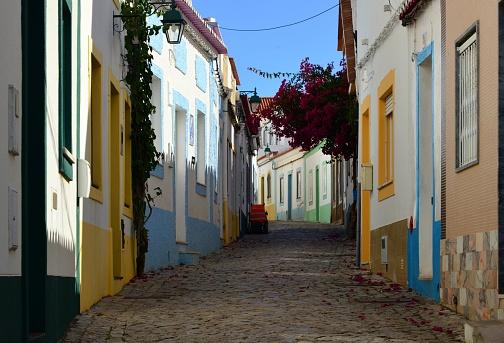 Steep「Typical tortuous street of Ferragudo, Algarve, Portugal」:スマホ壁紙(13)