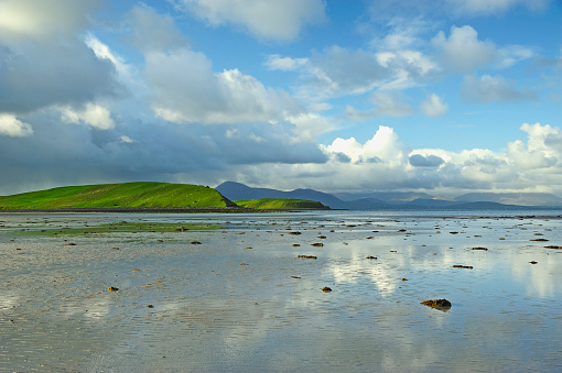 Shallow「Ireland, County Mayo, Clew Bay, Clouds reflecting in calm water」:スマホ壁紙(13)