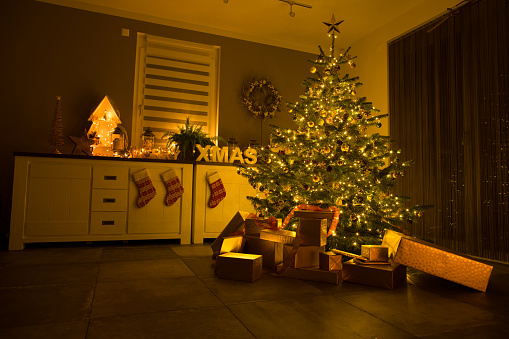 Christmas「decorated living room waiting for christmas party」:スマホ壁紙(19)