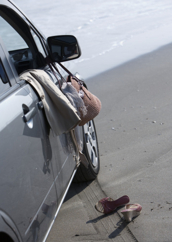 鏡開き「Car on a sandy beach」:スマホ壁紙(19)