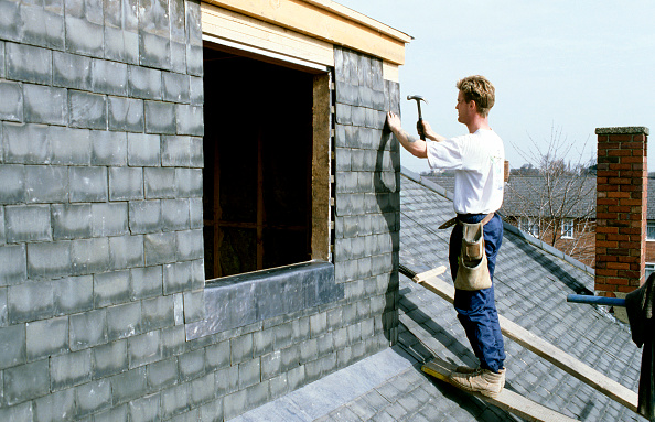 Manual Worker「Roofer putting tiles on a roof extension」:写真・画像(0)[壁紙.com]