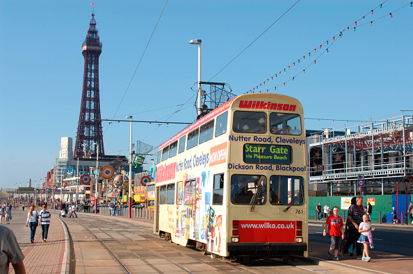 Intricacy「A busy scene on the promenade at Blackpool as one of the resort's famous heritage trams」:写真・画像(6)[壁紙.com]