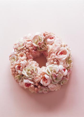 薔薇「Wreath of rose and sprayrose on the pink floor」:スマホ壁紙(4)