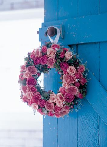 あじさい「Wreath of rose, hydrangea and snow tree on blue door」:スマホ壁紙(13)