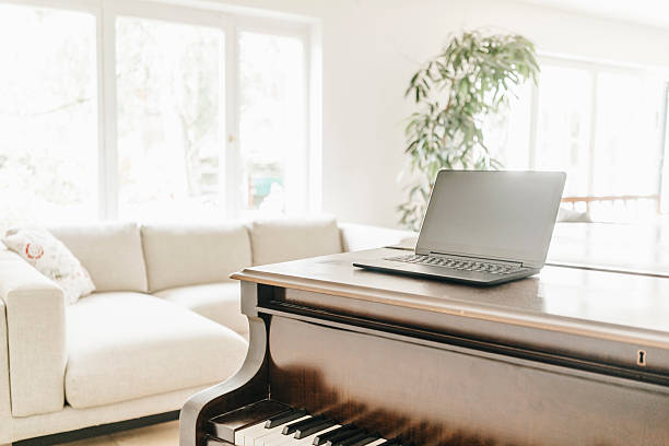 Laptop standing on piano in a living room:スマホ壁紙(壁紙.com)