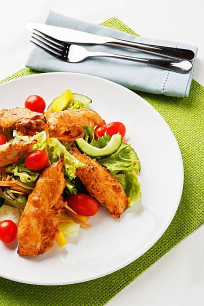 Overhead shot of table setting showing Tandoori chicken salad:スマホ壁紙(壁紙.com)
