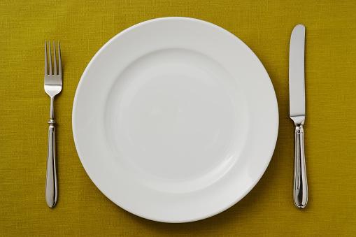 フォーク「の高角度のビューの緑のテーブルクロスセッティング」:スマホ壁紙(4)