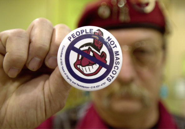 キャラクター「Powwow Participant Displays Anti-Mascot Pin」:写真・画像(1)[壁紙.com]
