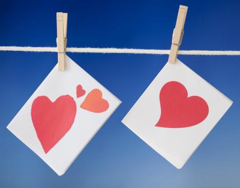 バレンタイン「Hear cards drying on clothesline」:スマホ壁紙(13)
