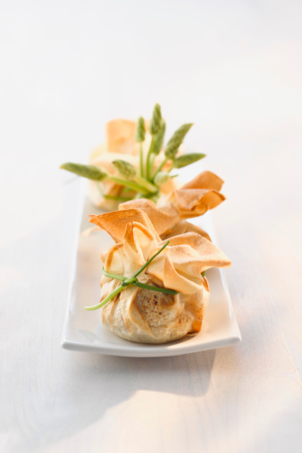 Dim Sum「Dim sum bags stuffed with asparagus and potato on plate, close up」:スマホ壁紙(8)