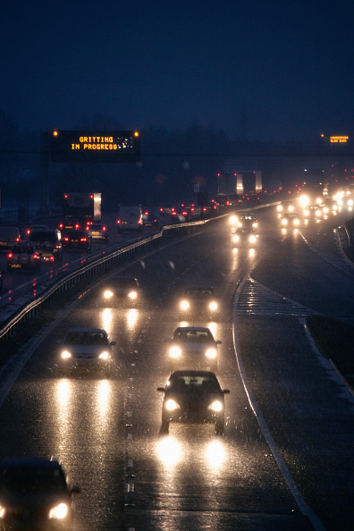 Headlight「Bad weather on the M11, dusk」:写真・画像(1)[壁紙.com]