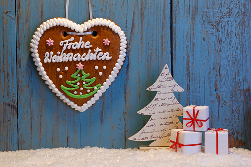 Fake Snow「Artificial snow, Christmas decoration and gingerbread heart in front wooden wall」:スマホ壁紙(14)