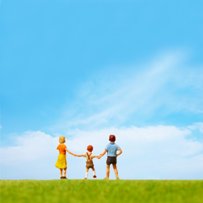 Focus On Background「Artificial children standing on the green field」:スマホ壁紙(5)