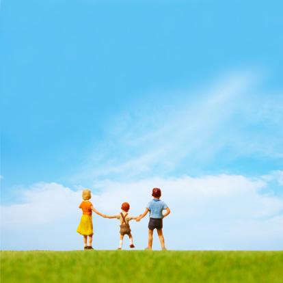 小さな像「Artificial children standing on the green field」:スマホ壁紙(11)