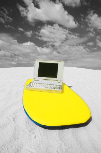 サーフィン「Laptop on surfboard, close-up 」:スマホ壁紙(13)