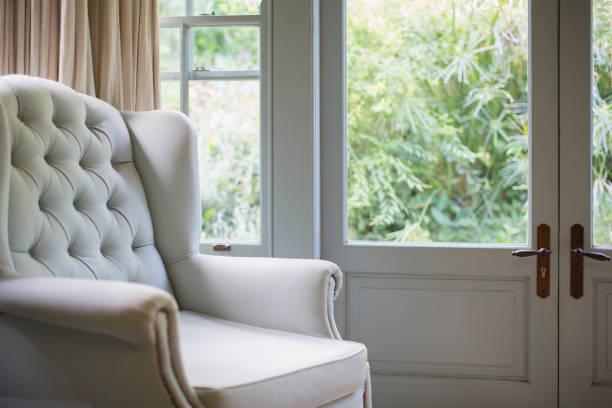 Tufted wingback chair near window:スマホ壁紙(壁紙.com)