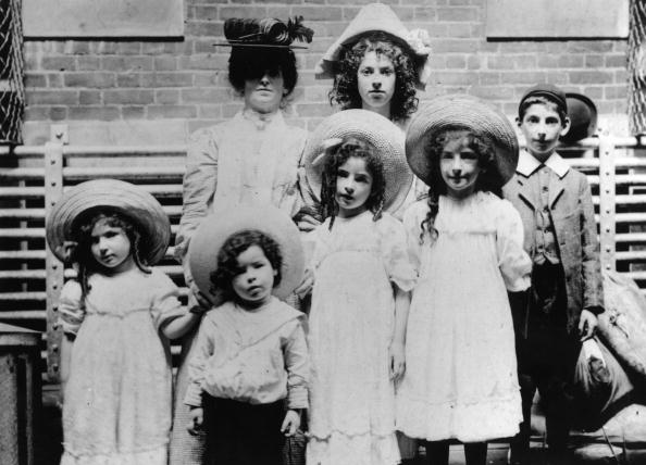 Holding Hands「Jewish Immigrants」:写真・画像(0)[壁紙.com]