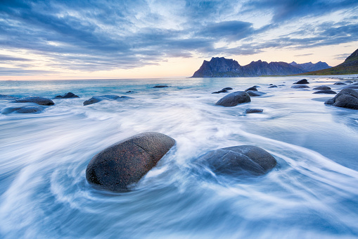 Water's Edge「Uttakleiv Beach, Lofoten, Norway」:スマホ壁紙(0)