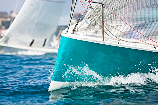Sailboat「Front of a sailing boat in a regatta with waves hitting it」:スマホ壁紙(11)