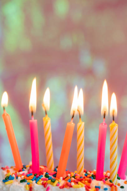 Lit candles on birthday cake:スマホ壁紙(壁紙.com)