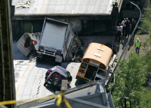 School Bus「Major Freeway Bridge Collapses In Minneapolis During Rush Hour」:写真・画像(18)[壁紙.com]