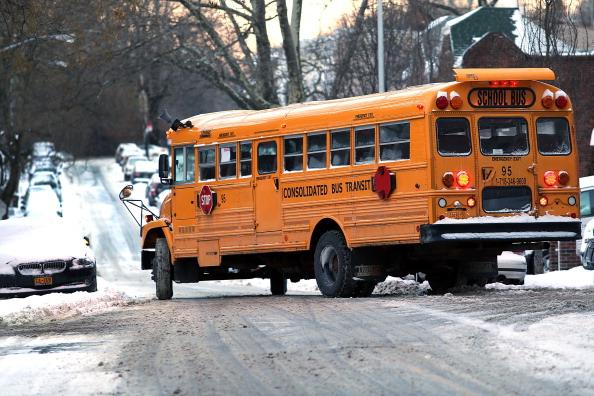 School Bus「Morning Commute In New York Hampered After Major Snowstorm」:写真・画像(17)[壁紙.com]