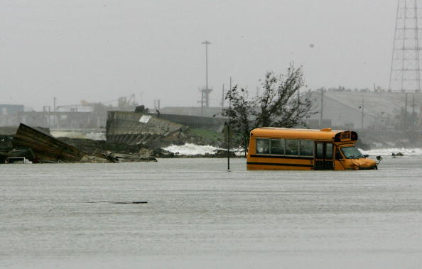 School Bus「New Orleans Feels Effects Of Hurricane Rita」:写真・画像(2)[壁紙.com]
